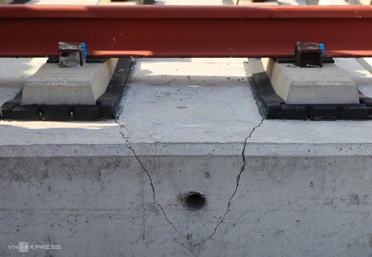 Bêtông đệm dưới đường ray trên trụ P14-10 có vết nứt bị cho do sự cố gây ra, chiều 11/11. Ảnh: Quỳnh Trần.