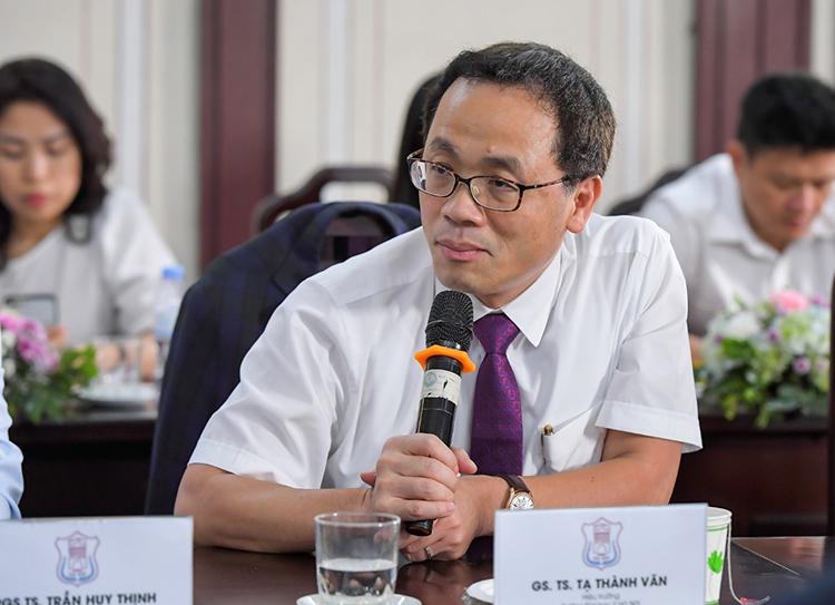GS. TS Tạ Thành Văn, Hiệu trưởng Đại học Y Hà Nội trong một sự kiện.