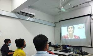 Cô giáo khiếm thị dạy trực tuyến qua Zoom