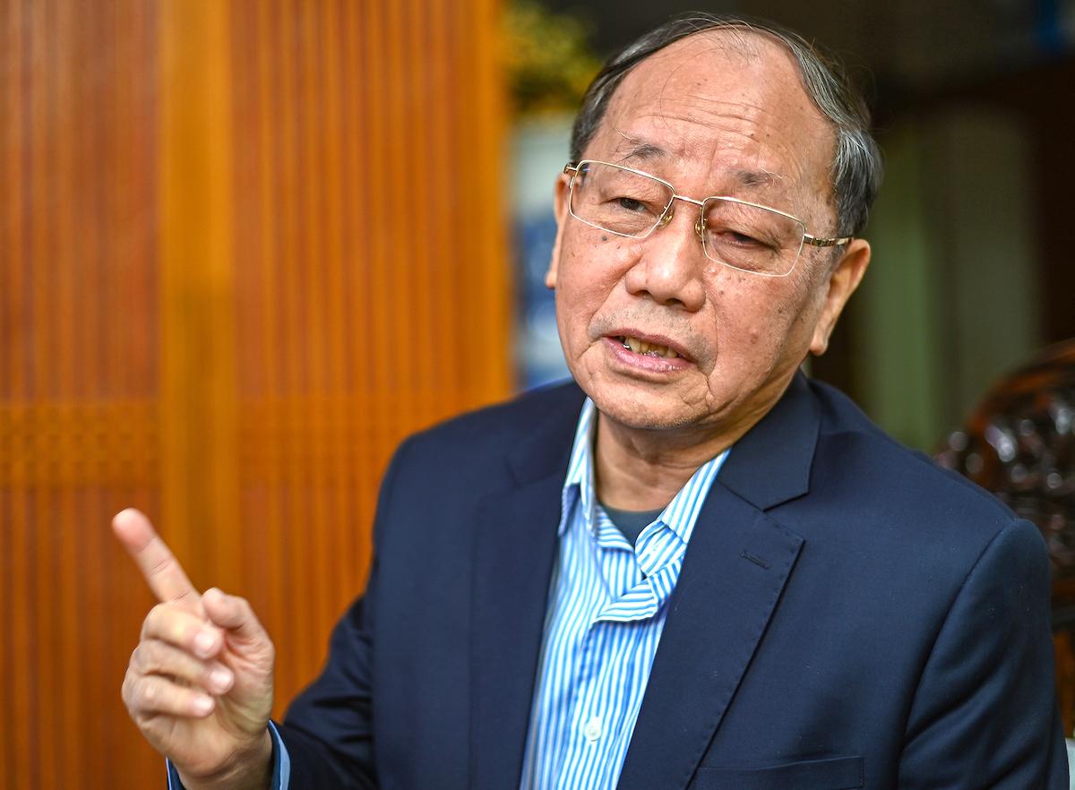 Nguyên Ủy viên Bộ Chính trị, nguyên Thường trực Ban Bí thư Phan Diễn, trao đổi với VnExpress. Ảnh: Giang Huy