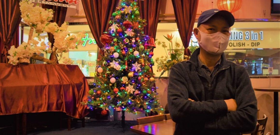 Linh Nguyen, chủ quán Paloma Cafe, đứng trong nhà hàng vắng tanh của mình tại trung tâm thương mại San Jose. Ảnh: San Jose Spotlight.