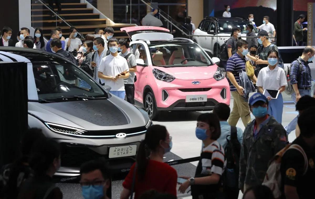 Khách tham quan tại triển lãm ôtô Bắc Kinh đều đeo khẩu trang. Ảnh: AFP