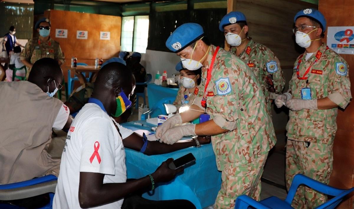 Bác sĩ Bệnh viện dã chiến 2.2 Việt Nam lấy mẫu xét nghiệm sàng lọc HIV tại chỗ cho người dân địa phương. Ảnh: BVDC2.2
