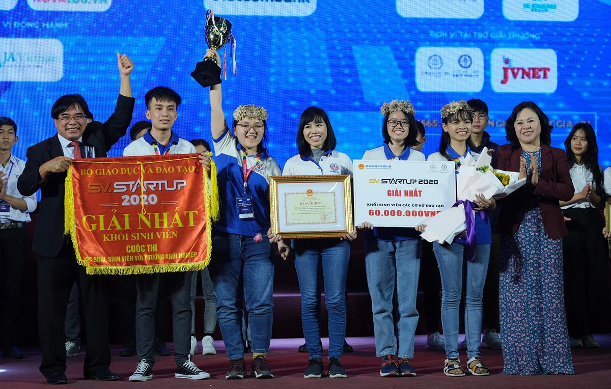 Nhóm sinh viên Đại học Sư phạm Kỹ thuật TP HCM nhận giải nhất trong lễ trao giải tối 22/12. Ảnh: Dương Tâm.
