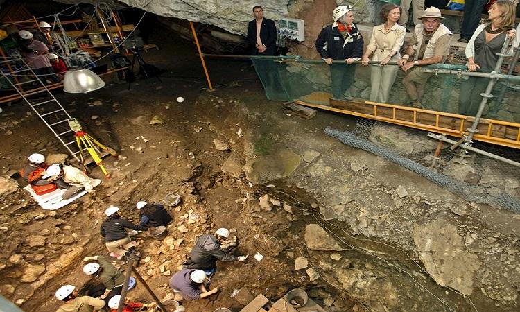 Các nhà nghiên cứu làm việc ở hang động Sima. Ảnh: Rex.