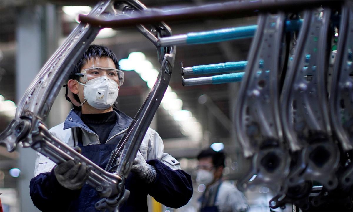Một nhân viên đeo khẩu trang đang làm việc tại dây chuyền lắp ráp ghế ôtô ở Thượng Hải, Trung Quốc. Ảnh: Reuters