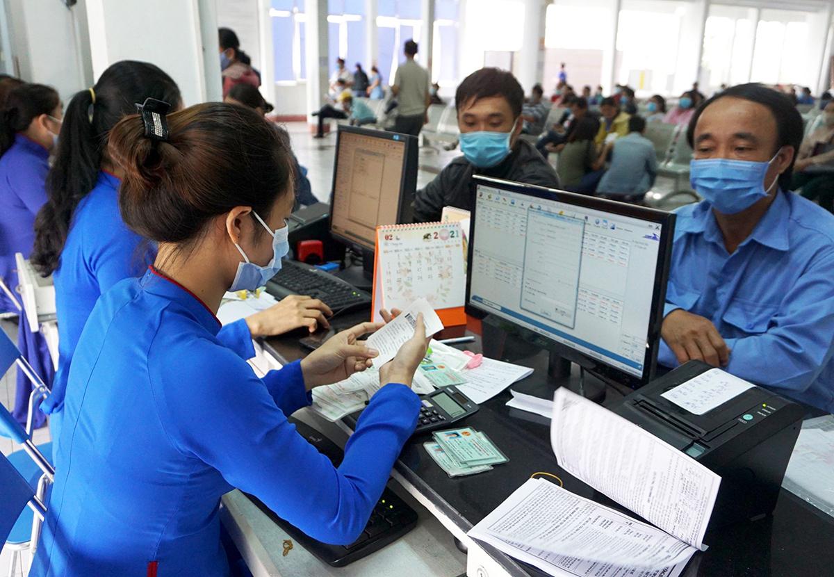 Khách mua vé tại ga Sài Gòn, quận 3, sáng 1/10. Ảnh: Gia Minh.
