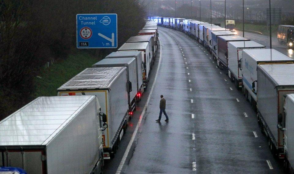 Xe tải đỗ trên cao tốc M20 gần Folkestone, Kent, Anh, sau lệnh cấm của Pháp hôm 21/12. Ảnh: AP.