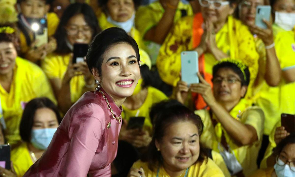Hoàng quý phi Sineenat chụp ảnh cùng những người ủng hộ hoàng gia bên ngoài cung điện tại thủ đô Bangkok, Thái Lan, hôm 1/11. Ảnh:AFP.