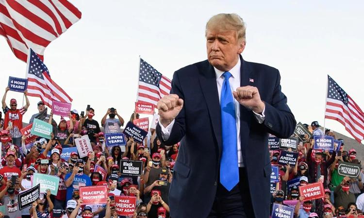 Tổng thống Mỹ Donald Trump nhảy trước những người ủng hộ tại cuộc vận động ở bang Nevada hồi tháng 10. Ảnh: AFP.