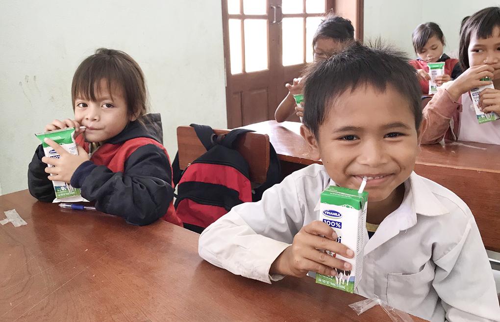 Học sinh đồng bào dân tộc tại Quảng Nam đón nhận niềm vui uống sữa vào ngày 1/6. Ảnh: Đắc Thành.