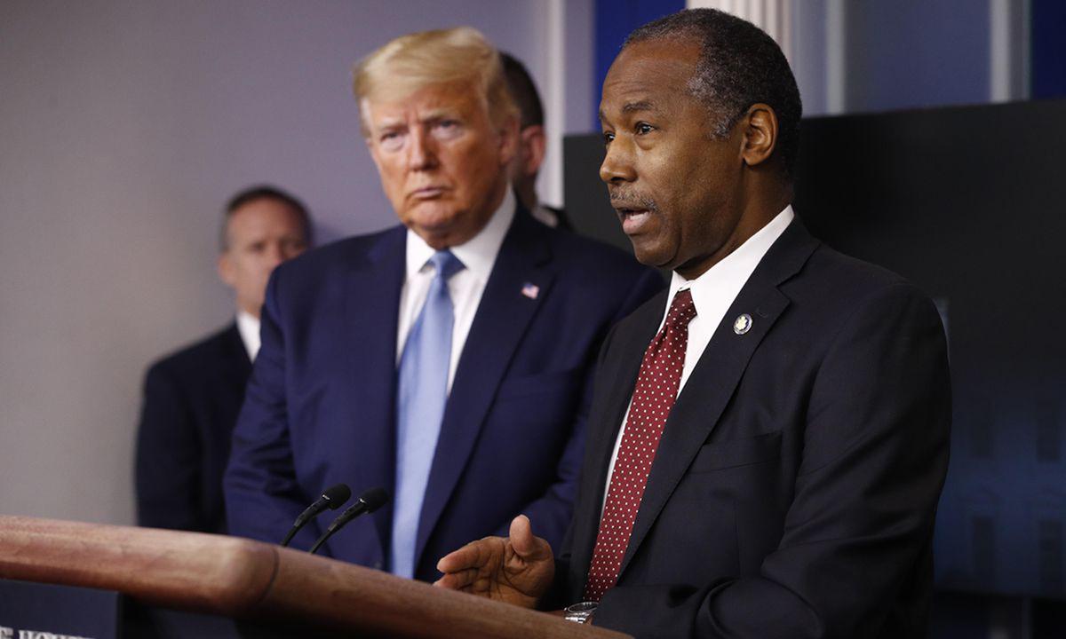 Ben Carson, ministro de Vivienda y Desarrollo Urbano (derecha) en la Casa Blanca en marzo de 2020.  Foto: A.P.