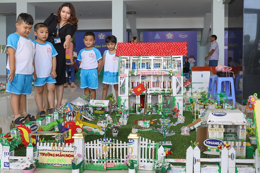 Ngoài việc chăm lo dinh dưỡng, các cô giáo còn hướng dẫn các bé làm đồ chơi, mô hình sáng tạo từ vỏ hộp sữa. Ảnh: Quỳnh Trần