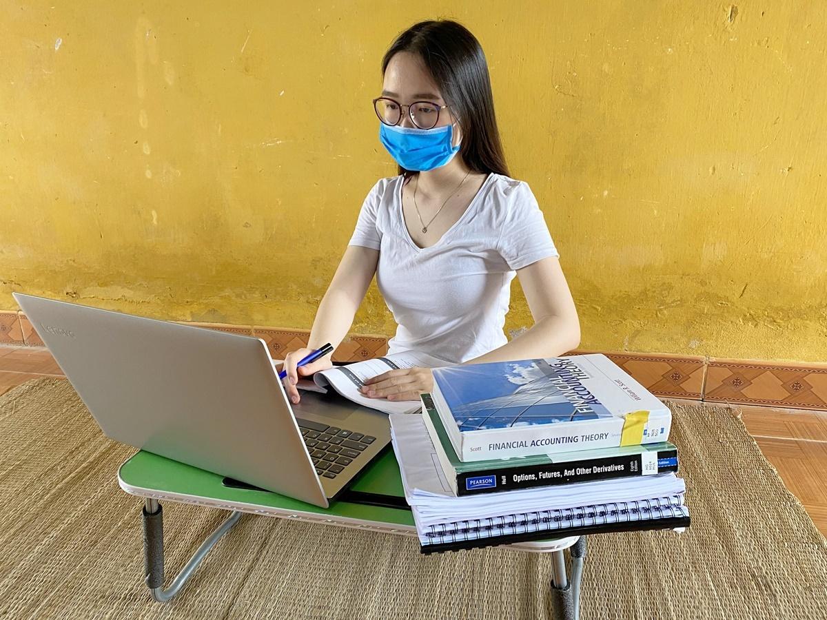 Nguyễn Thị Ngọc Lan, du học sinh từ Anh về nước, chật vật học online trong khu cách ly vì không có wifi, phải sử dụng kết nối 4G. Ảnh: Ngọc Lan