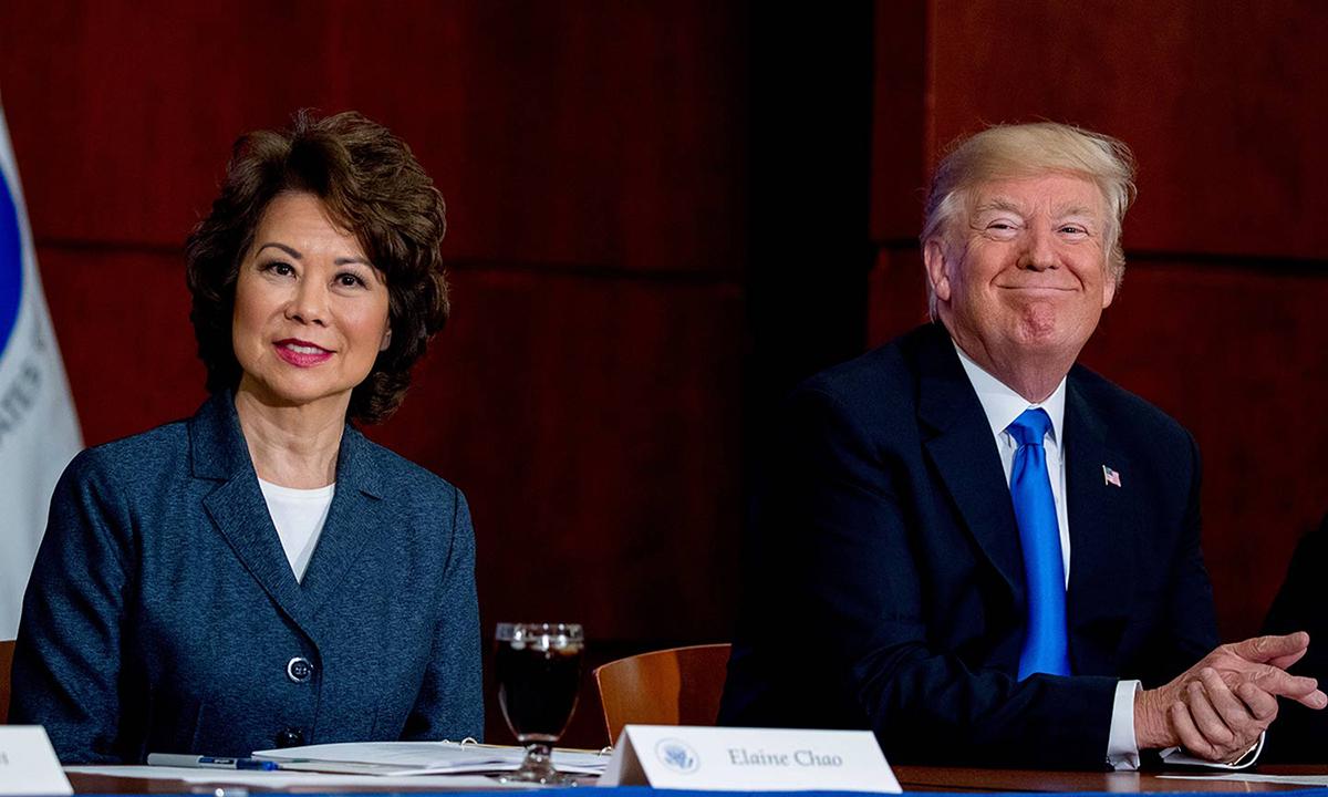 La ministra de Transporte Elaine Chao (izquierda) y el presidente Trump en el evento de agosto de 2017.  Foto: A.P.