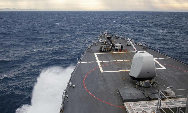 USS John S. McCain di chuyển trên Biển Đông hôm 22/12. Ảnh: US Navy.