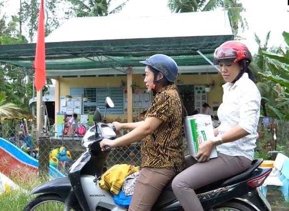 Những thùng sữa được giáo viên tại Vĩnh Long giữ gìn cẩn thận để đến tay các em nguyên lành, không bị hư hỏng. XIN TÊN NGƯỜI CHỤP ẢNH.