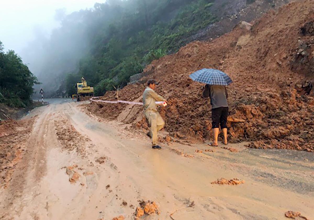Đất đá trên đèo Khánh Lê được dọn dẹp, thông một làn xe. Ảnh: An Hưng.