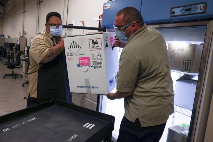 Nhân viên Trung tâm Y tế VA tại Aurora, Colorado, nhận vaccine Covid-19 của Pfizer hôm 15/12. Ảnh: AFP.
