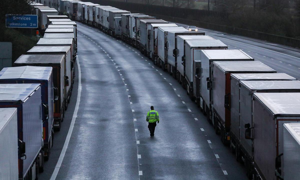 Hàng dài xe tải trên đường cao tốc M20 gần Ashford, Anh, hôm 22/12. Ảnh: Reuters.