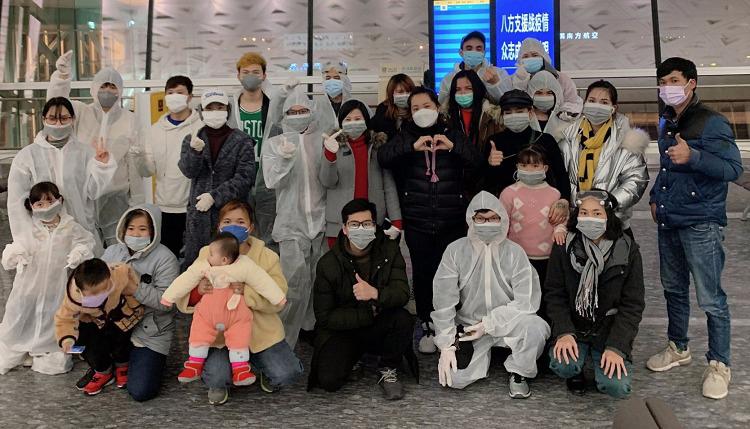 Nhóm lưu học sinh Việt cùng người thân và một số công dân Việt Nam chụp ảnh ở sân bay Thiên Hà trước khi về nước, ngày 8/2. Ảnh: Diên Tuấn