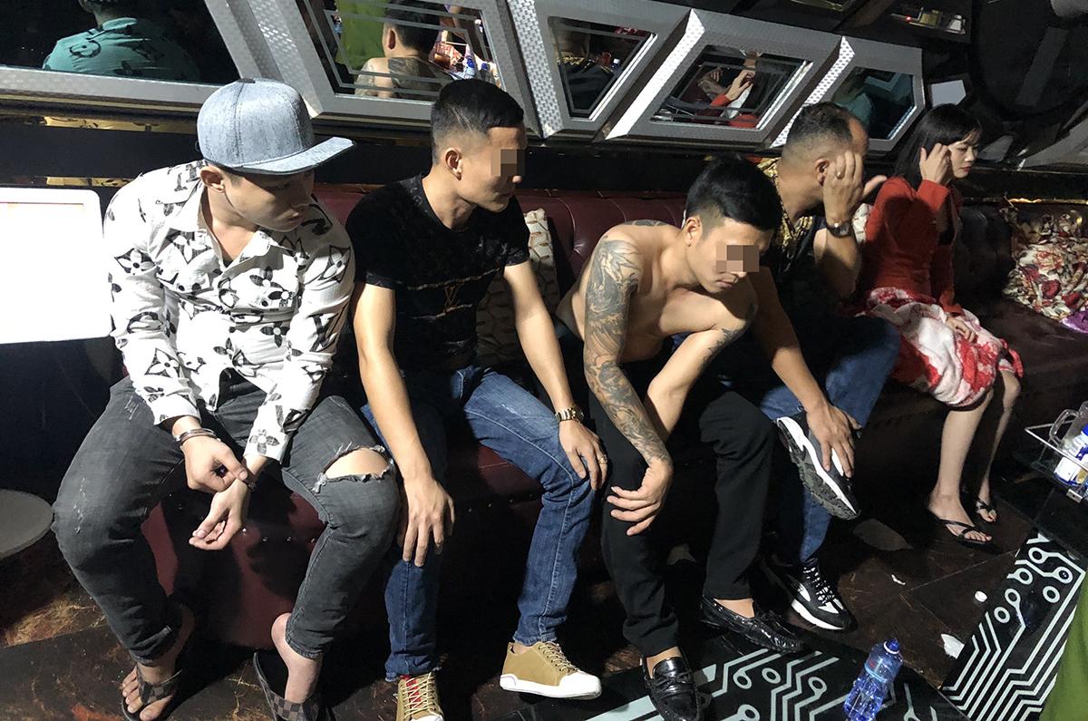 Hàng chục nam nữ trong 2 phòng karaoke bị bắt quả tang. Ảnh: Công an cung cấp.