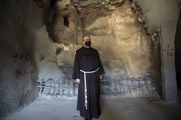 Linh mục Francesco Patton ghé thăm nhà tắm 2.000 năm tuổi ở Jerusalem. Ảnh: Atef Safadi/IAA.