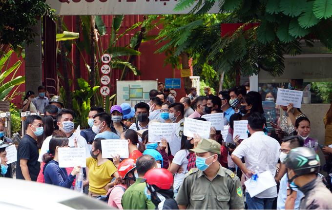 Phụ huynh đứng trước trường Quốc tế Việt Úc (quận 10, TP HCM) phản đối chính sách thu học phí, sáng 5/5. Ảnh: Mạnh Tùng.