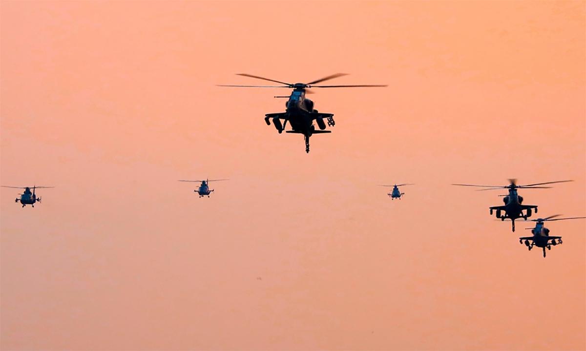 Trực thăng tấn công và đổ bộ của lục quân Trung Quốc tham gia diễn tập chiến thuật, ngày 16/12. Ảnh: PLA.