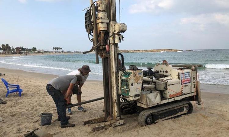 Các nhà khoa học khoan lấy lõi trầm tích ở bờ biển Địa Trung Hải, Israel. Ảnh: T. E. Levy.