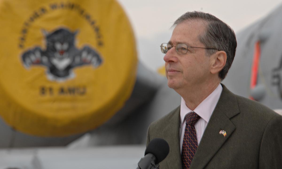 Mark Gitenstein phát biểu tại sự kiện ở Romania hồi tháng 10/2009. Ảnh: U.S. Air Force.