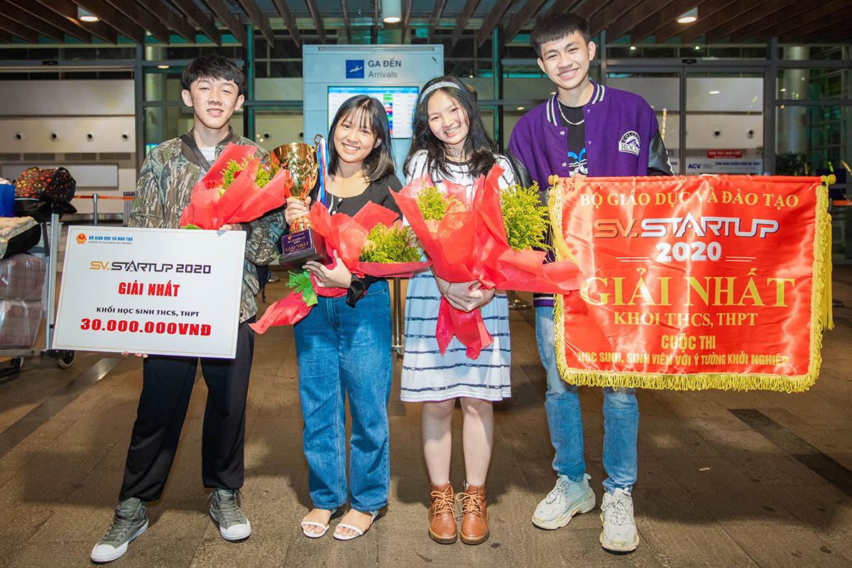 Nhóm Thanh Mai (cầm cúp) cùng nhóm bạn sau khi giành giải nhất. Ảnh: Ngọc Oanh.