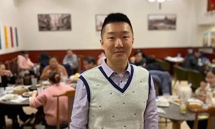 Wu Cheng tại nhà hàng của mình ở Vũ Hán. Ảnh: CNA.