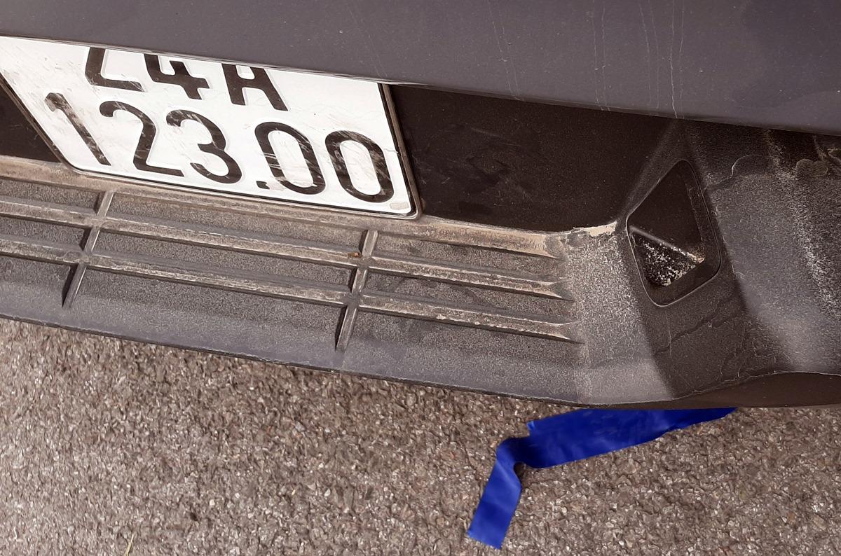 Tài xế ôtô bán tải khi dừng xe đã xuống bóc băng dính che biển số. Ảnh: Bá Đô