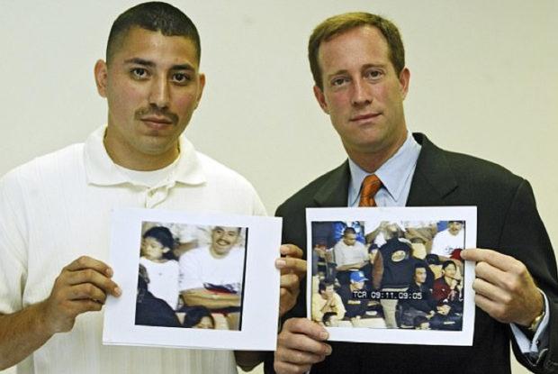 Juan Catalan (trái) và luật sư cầm khung hình có xuất hiện hai cha con Juan ở trận bóng. Ảnh: Life Daily.