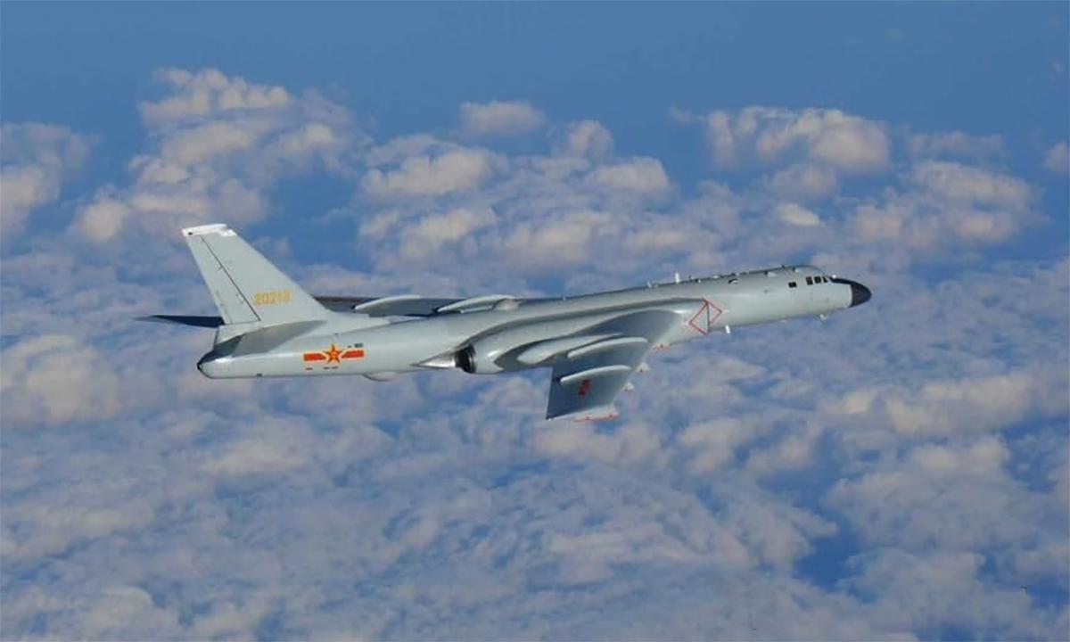 Oanh tạc cơ H-6 của Trung Quốc trong chuyến tuần tra hôm 22/12. Ảnh: JASDF.