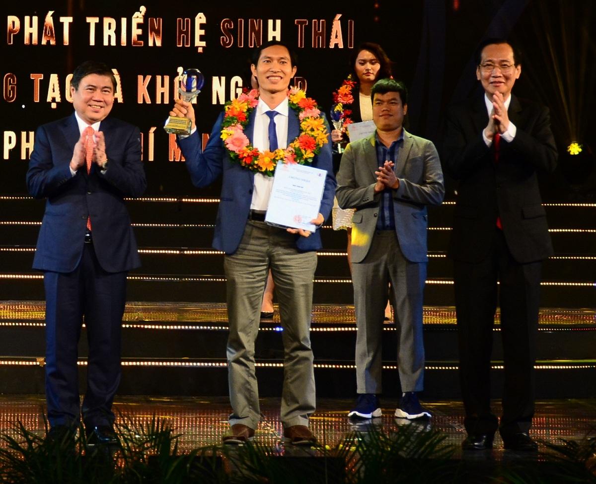 Chủ tịch UBND TP HCM Nguyễn Thành Phong (trái) trao giải cho các tập thể, cá nhân đạt giải thưởng Sáng tạo hồi tháng 6/2019. Ảnh: Hà An.