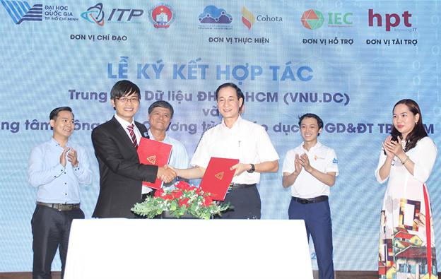 Ông Bùi Quốc Anh - Giám đốc Trung tâm Dữ liệu Đại học Quốc gia TP HCM (trái) và ông Nguyễn Hồng Tuấn - Phó giám đốc Trung tâm thông tin và chương trình giáo dục - Sở giáo dục và Đào tào TP HCM (phải) đại diện hai bên ký kết hợp tác. Ảnh: ITP.