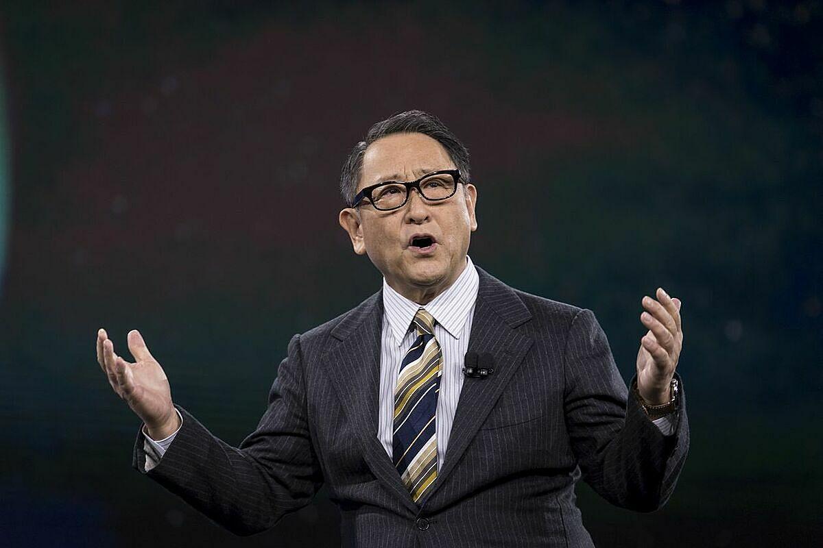 Ông Akio Toyoda phát biểu tại họp báo hôm 15/12 ở Nhật Bản. Ảnh: Bloomberg