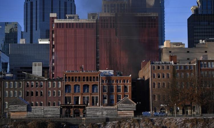 Khói đen bốc lên từ hiện trường vụ nổ ở thành phố Nashville, bang Tennessee, Mỹ, sáng 25/12. Ảnh: AP.