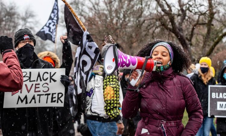 Người Mỹ biểu tình chống phân biệt chủng tộc ở Ohio hôm 24/12. Ảnh: AFP.