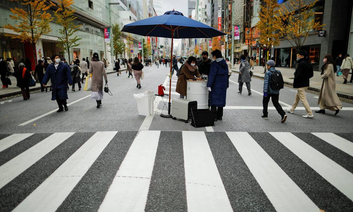 Máy rửa tay lưu động ở khu phố mua sắm Ginza, thủ đô Tokyo, Nhật Bản hôm 20/12. Ảnh: Reuters.