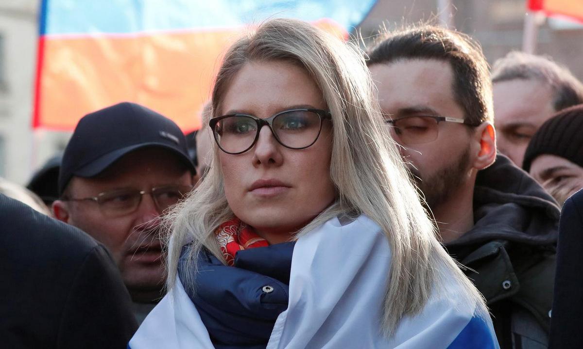 Sobol trong một cuộc tuần hành ở Moskva cuối tháng 2. Ảnh: Reuters.