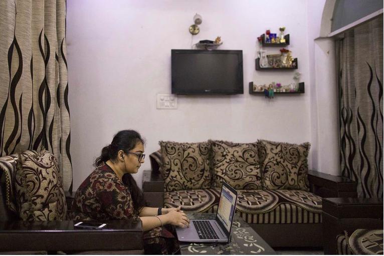 Jatinder Kaur, một giáo viên dạy lập trình tại WhiteHat Jr., đang dạy một lớp học trực tuyến tại nhà ở New Delhi. Ảnh: Bloomberg.
