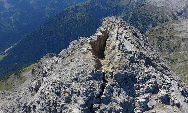 Núi Hochvogel với vết nứt chia đôi đỉnh. Ảnh: Reality Maps.