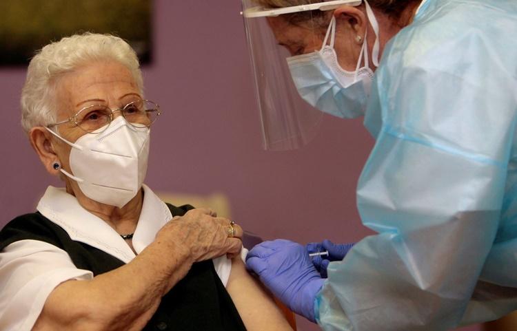 Cụ bà Araceli Hidalgo, 96 tuổi, là một trong những người đầu tiên được tiêm vaccine ở Tây Ban Nha ngày 27/12. Ảnh: AFP.