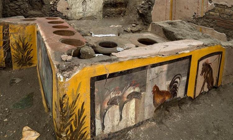 Quầy hàng nguyên vẹn khai quật ở Pompeii. Ảnh: AP.