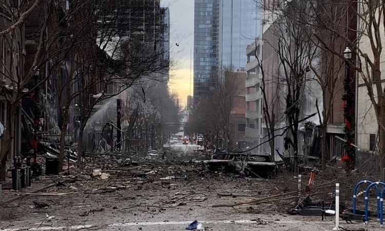 Một khu phố tan hoang sau vụ nổ ở thành phố Nashville, bang Tennessee, Mỹ, ngày 25/12. Ảnh: AFP.