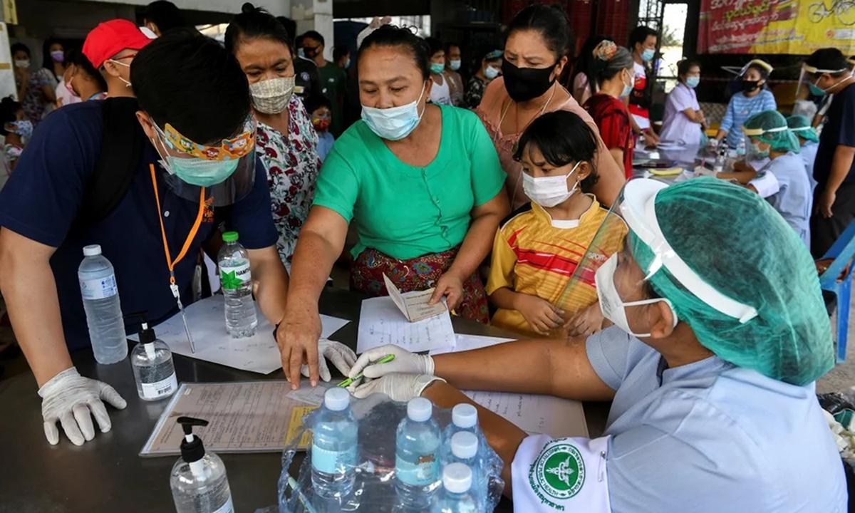 Lao động nhập cư ở chợ tôm tại tỉnh Samut Sakhon làm thủ tục xét nghiệm Covid-19. Ảnh: Reuters.