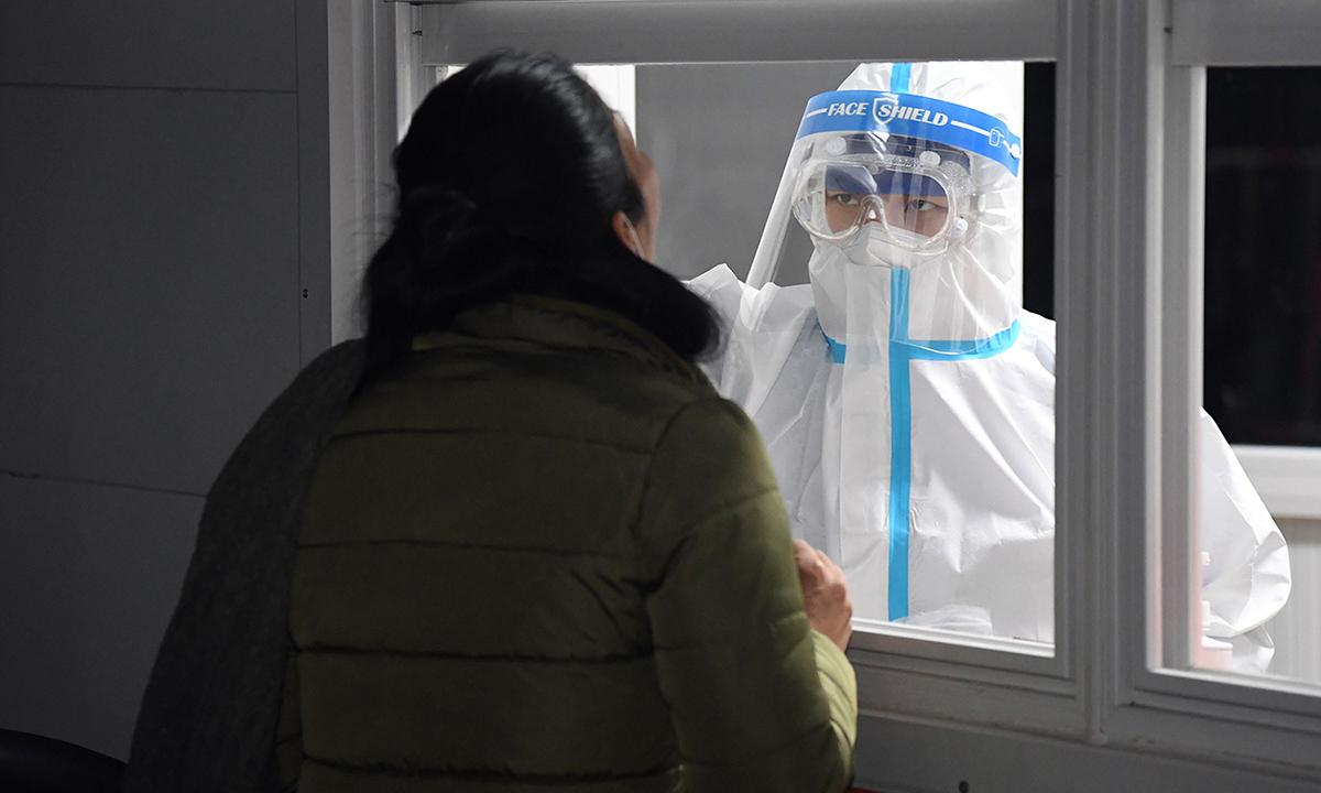 Nhân viên y tế lấy mẫu xét nghiệm nCoV ở quận Thuận Nghĩa, Bắc Kinh hôm 26/12. Ảnh: Chine Nouvelle.